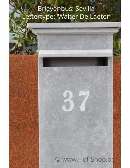 Gravure: nummer op brievenbus. Lettertype: Walter De Laeter