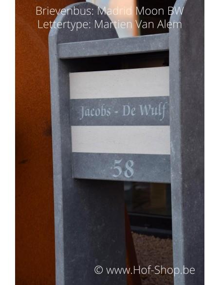 Gravure: nummer en naam op Madrid Moon BW - Lettertype Martien Van Alem